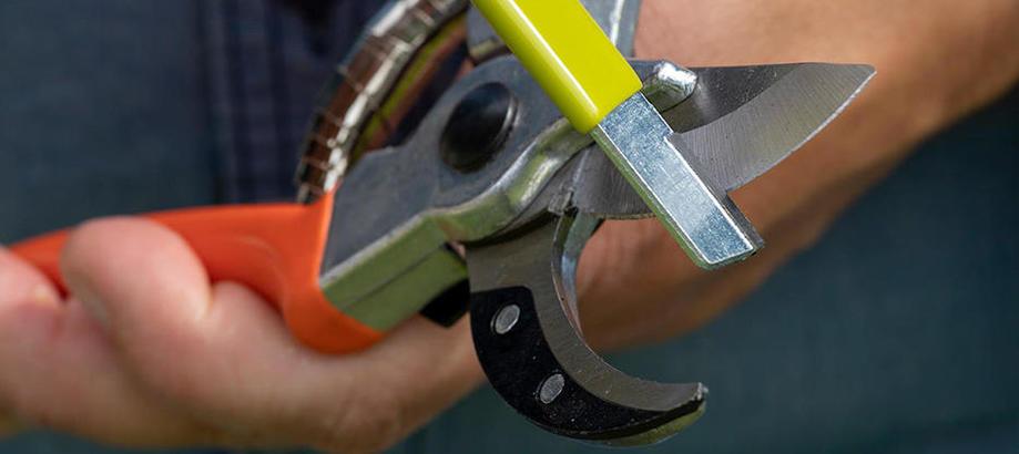Header_for-the-gardener-tool-shed-blade-sharpener